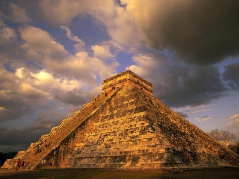 Meksikada mayalıların yaşı 2 min ildən çox olan mərasim mərkəzi tapılıb